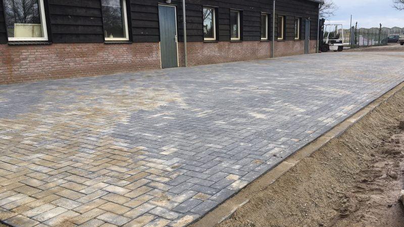 Opslag ruimte met nieuwe betonklinker antraciet