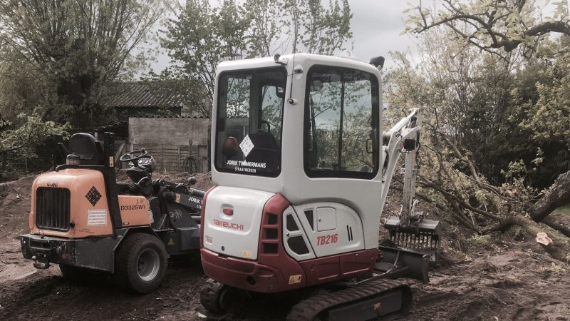 Diverse grondwerkzaamheden met kleine grondverzetmachines.