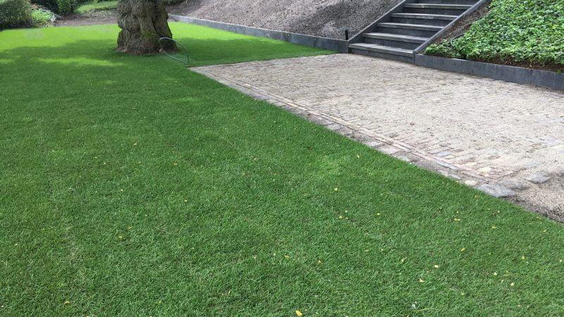 Grondwerk, straatwerk, beregening en het aanleggen gras.